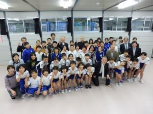 元気いっぱい、歌をプレゼントしてくれた唐丹小学校の子供たちと