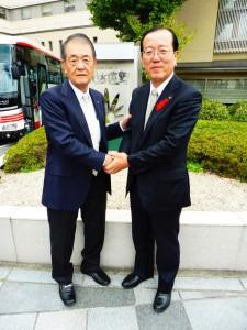 本田遠野市長様と固い握手を交わす柴会長