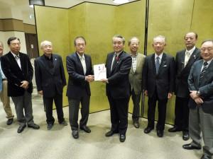野田釜石市長様へ目録の贈呈